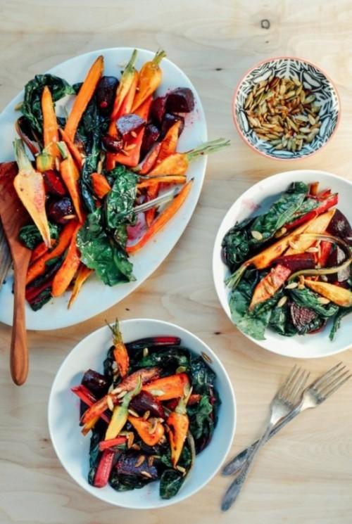 Жареный овощной салат с чесночной заправкой и поджаренные тыквенные семечки