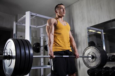 Становая тяга: держать спину прямо